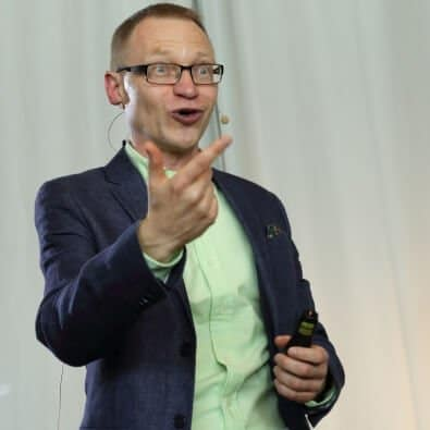 Tomas Eriksson föreläser och håller upp handen i en förklarande gest