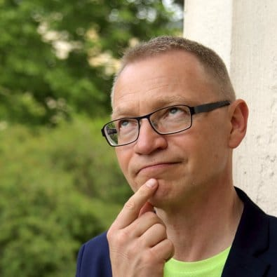 Vad heter arbetsglädje på engelska? Föreläsare Tomas Eriksson undrandes med pekfingret mot hakan.