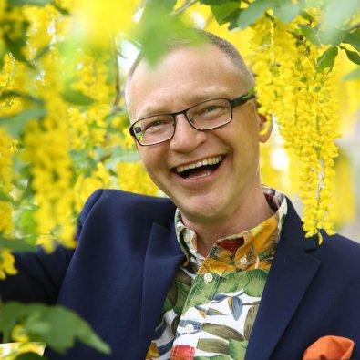 Föreläsare Tomas Eriksson med arbetsglädje i gult gullregn