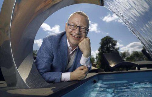 Föreläsare Chefsglädje - Tomas Eriksson vid poolen under ett C-format vattenutkast