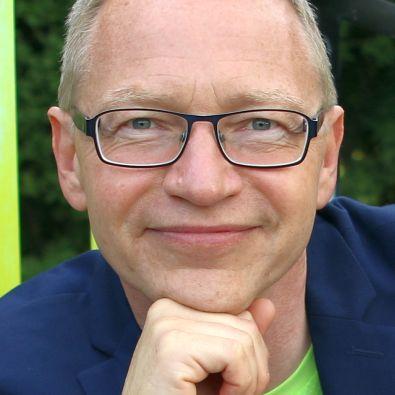 Närbild på talaren Tomas Eriksson som håller handen under hakan och med blicken säger: jag är här för dig